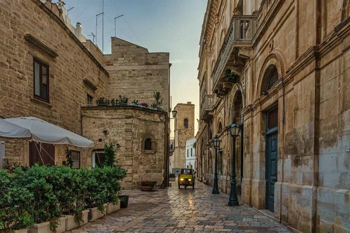 Con phố lát đá cuội ở Polignano a Mare, Puglia - Những địa điểm ở Ý giống như trong truyện cổ tích