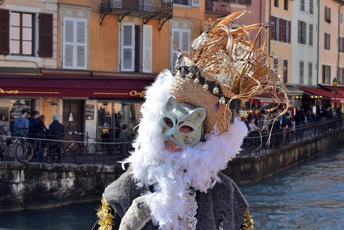 A mysterious mask in Annecy's old town - Annecy Venetian Carnival