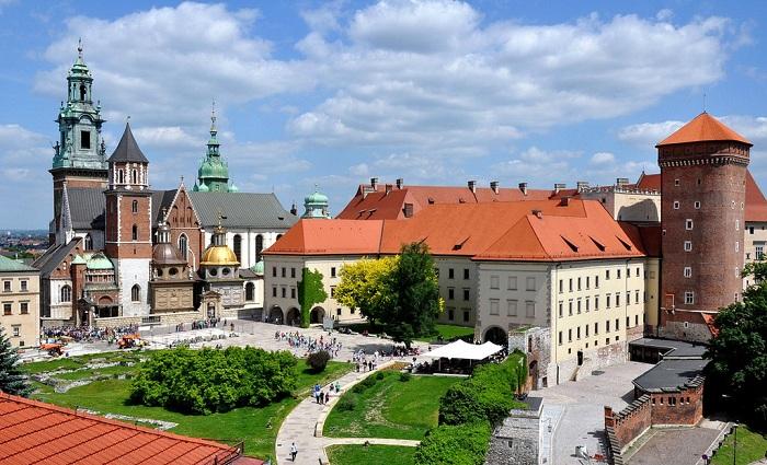 Khung cảnh bên ngoài lâu đài cổ WawelBa Lan
