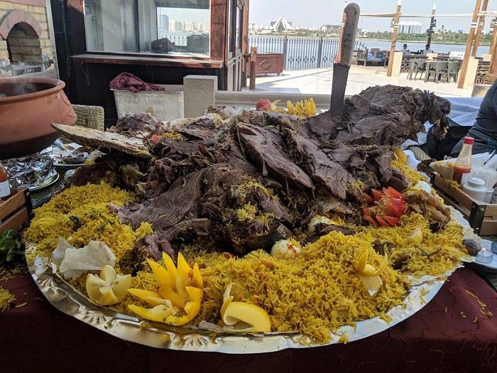 Lạc đà nhồi thịt Dubai món ăn hấp dẫn