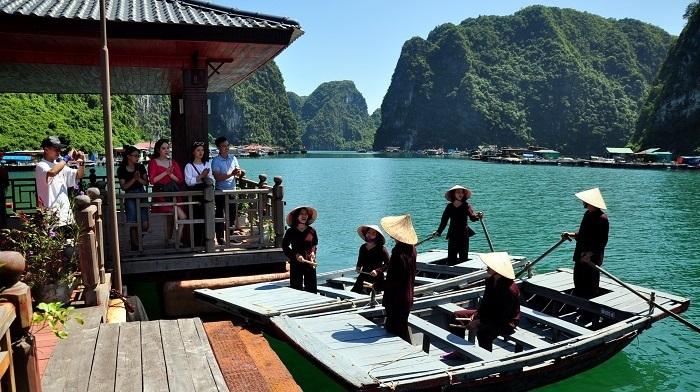 Cua Van Ha Long fishing village - attractive tourist destination