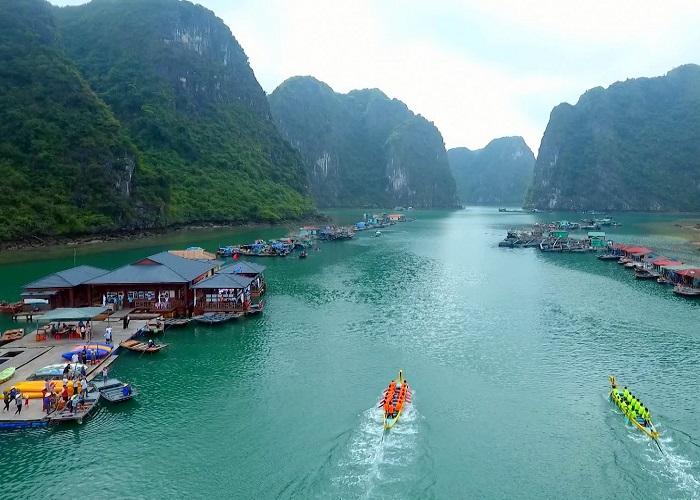 Cua Van Ha Long fishing village - admire the beautiful scenery