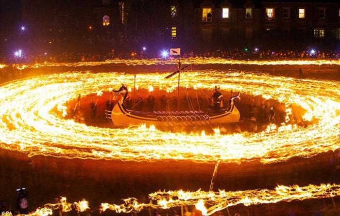 Những lễ hội tháng 1 - Lễ hội Up Helly Aa
