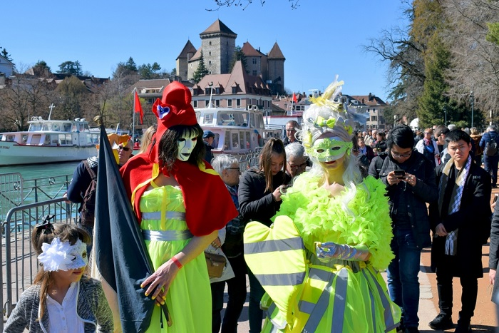 Festivalgoers standing in front of the castle - Annecy Venetian Carnival