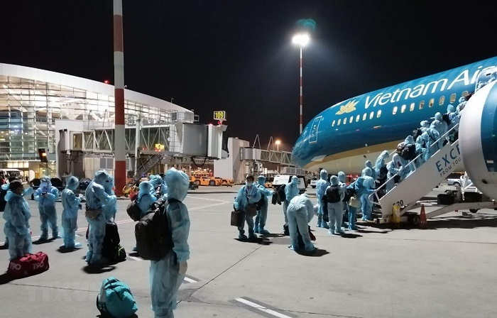 quy định xuất nhập cảnh mùa COVID - xếp hàng lên máy bay về từ Đức