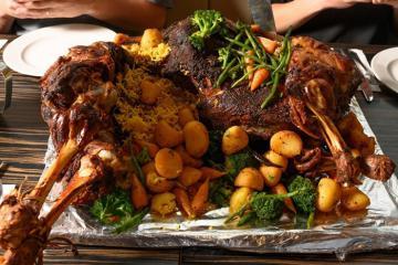 Lạc đà nhồi thịt - món ăn Dubai 'siêu to khổng lồ' với hương vị độc đáo