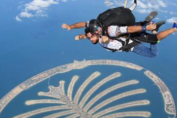 Nhảy dù ở Dubai trải nghiệm chinh phục bầu trời cho những người thích...bay