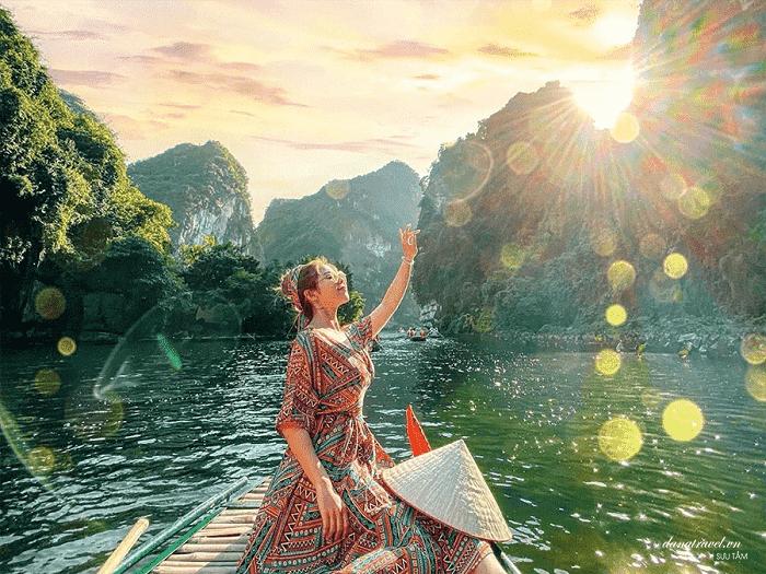 Ngồi thuyền ngắm cảnh - trải nghiệm du lịch Ninh Bình hấp dẫn