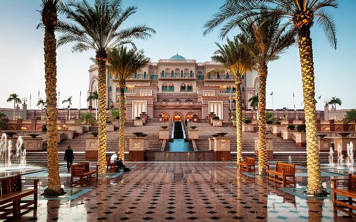 Chụp hình và tham quan bên ngoài khách sạn Emirates Palace