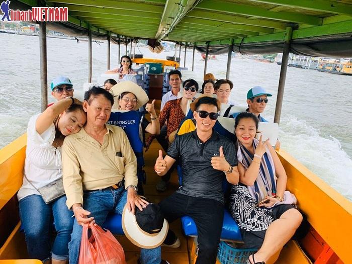 Đoàn du khách dạo thuyền trên sông huyền thoại