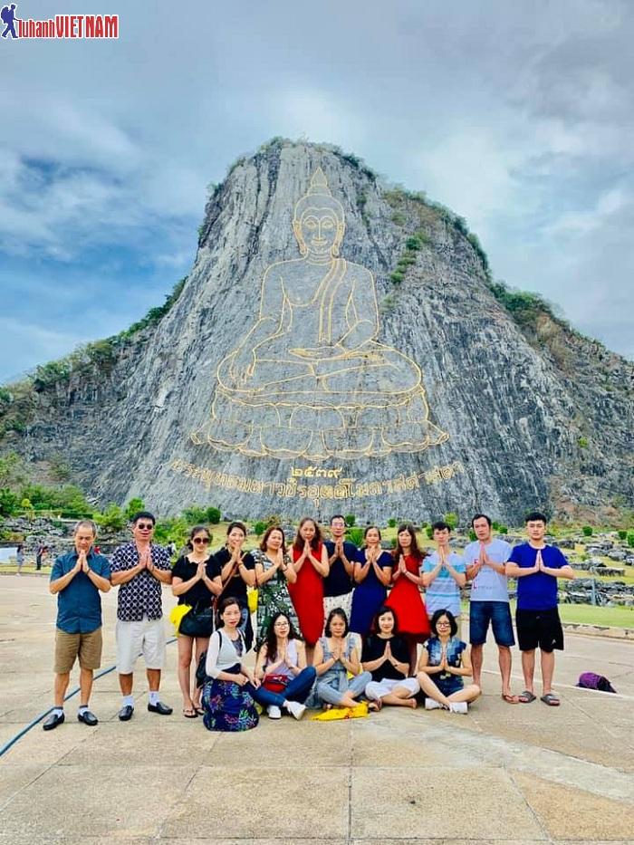 Đoàn du khách đến tham quan Núi Phật Vàng (Khao Chee Chan)