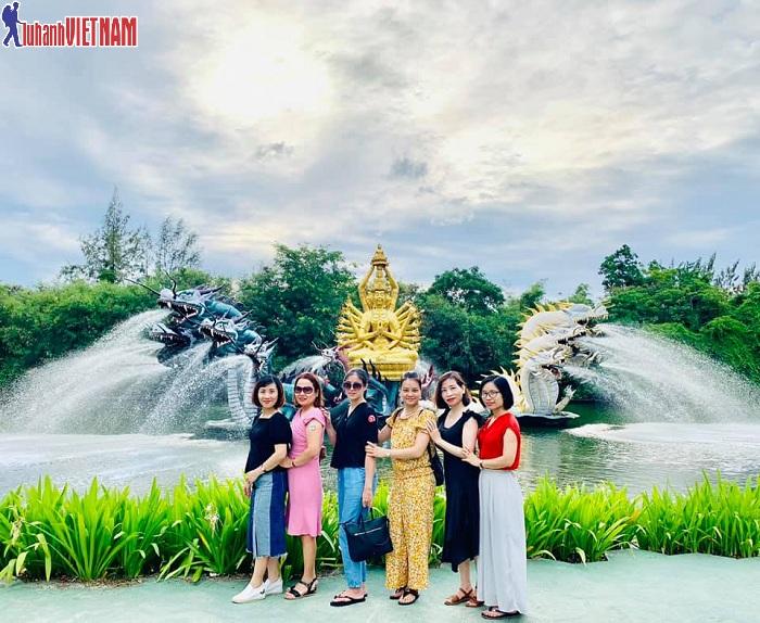 Đoàn du khách đến tham quan và khám phá nhiều địa điểm xinh đẹp ở Thái Lan