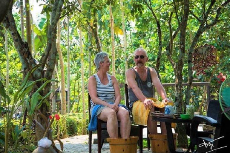 Du khách trải nghiệm ngâm chân ở làng Thủy Biều