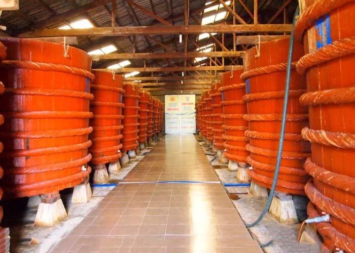 Nhà thùng lâu đời nước mắm cá cơm truyền thống