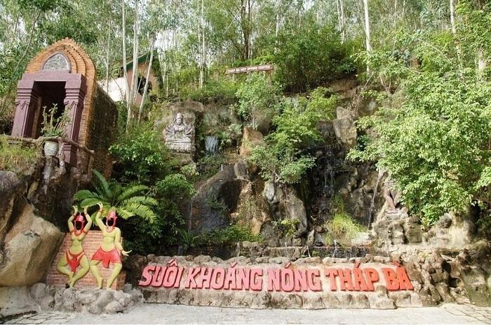 Du lịch Nha Trang: Du khách có thể ngâm mình thư giãn với bùn khoáng trong vòng 20 phút