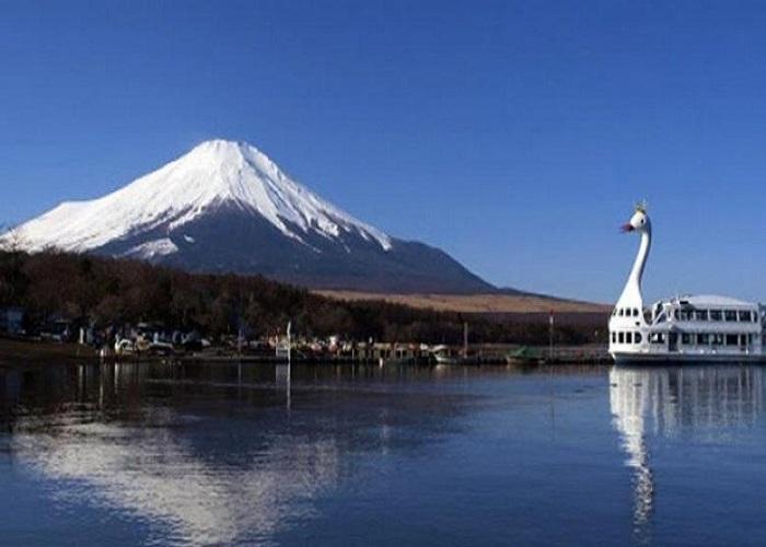 Du thuyền trên hồ Yamanaka