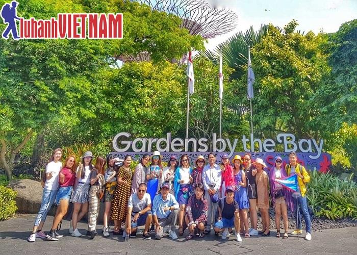 Du khách chụp ảnh lưu lại kỷ niệm tại Gardens by the Bay